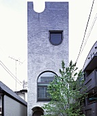 Moderne Architektur - Baum vor turmartigen Neubauhaus, The Tower House, Tokio, Japan