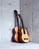 Gitarren in Zimmerecke mit Betonwand