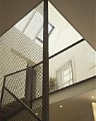 Transparentes Treppenhaus mit Blick auf Dachfenster