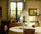 Baumwolltuch als Lampenschirm auf Pendelleuchte über Esstisch in Wohnzimmer im Edwardian Stil mit Blumenmuster an Wänden