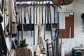 Aufgehängte Gartengeräte im Gartenhäuschen