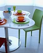 Buntes Geschirr auf einem weissen Tisch und Air Chairs von Jasper Morrison