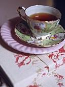 Eine Teetasse mit Blumenmotiv