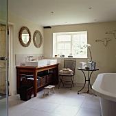 Rechteckige, weiße Becken auf Holzwaschtisch mit Regal für Körbe in modernem Bad mit weißem Fliesenboden
