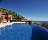 Ein grosses Schwimmbecken vor einer modernen Villa in Südspanien