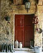 Gummistiefel neben der Doppeltür eines italienischen Landhauses