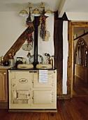 Cremefarbener Aga in einer Landhausküche