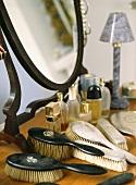 Silberne und Ebenholz-Haarbürsten auf Frisiertisch