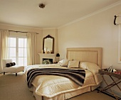 Webpelz am Bett mit Cremefarbenen Polsterkopfteil und Überwurf im modernen Zimmer mit beigefarbenem Teppich