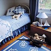 Ein Kinderzimmer, das mit einem Eisenbett und einen Dielenfußboden ausgestattet wurde