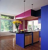 Ein Geschirrspüler und ein Spülbecken sind in einer Kochinsel eingebaut worden, die unter einer rosa Zwischendecke der modernen und blauen Küche mit Parkettboden steht