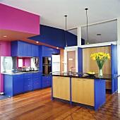 Eine moderne pink-blaue Küche mit einer separaten Kochinsel