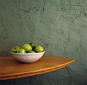 Eine Schale mit grünen Äpfeln