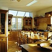 Traditionell rustikale, geräumige Wohnküche mit Kiefernmöbeln