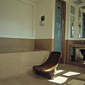 Rustikaler Holzstuhl vor der Badewanne in einem modernen Badezimmer