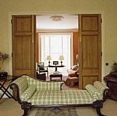Gepolsterte Chaiselongue mit kariertem Bezug in einem traditionellen Wohnzimmer