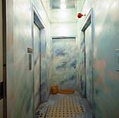 Flur mit Trompe l'oiel-Malerei auf Wänden und Türen