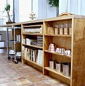 Regal aus Ahornholz mit Vorratsgläsern, Backformen, Büchern