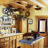 Eine Landhausküche mit Holzmöbeln