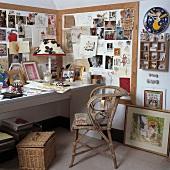 Kleines Büro in der Ecke des Wohnzimmers