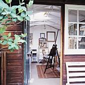Gartenhaus mit offener Tür und Blick ins Atelier des Künstlers