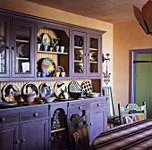 Küche mit apricotfarbener Wand und violettem Küchenschrank