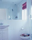 Modernes weisses Bad mit Dusche