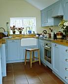 Traditionelle Landhausküche mit hellblauen Fronten