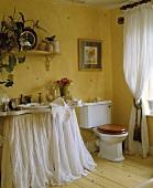 Gelb getöntes Bad mit WC und Waschbecken