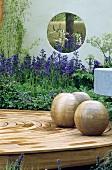 Kugeln auf kreisförmiger Terrasse aus Holz im modernen Garten