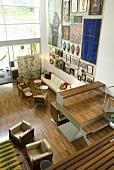 Aufsicht eines Wohnraumes mit Polstermöbeln auf Parkett und offene Treppe im Neubauhaus