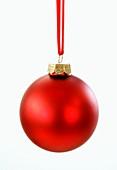 Eine rote Christbaumkugel