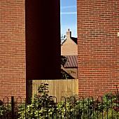Backstein-Mauer, Haus und Garten