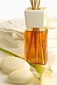 Duftflakon mit Aromastäbchen und Seifen