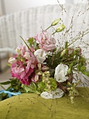 Bouquet of lisianthus and snapdragons