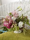 Blumenstrauss mit Lisianthus und Löwenmaul