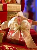Weihnachtsgeschenke auf einem Stuhl