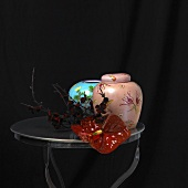 Kleiner Tisch mit Vase, Urne und Anthurie