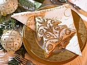 Christmas place-setting with white and gold tree ornament