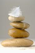 Steine gestapelt mit Feder