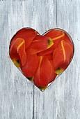 Holzbrett mit Herz und Tulpenblüten