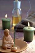 Buddhafigur, Räucherstäbchen, Kerzen und Duftöl