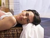 Frau liegt auf der Massagebank