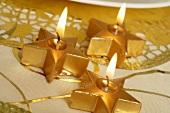 Goldene Weihnachtssternkerzen