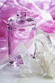 Bergkristall und Glasdose