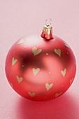 Rote Christbaumkugel, mit Herzen bemalt