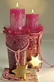 Weihnachtsdeko: zwei pinkfarbene Kerzen in Gläsern