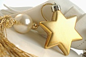 Christmas place-setting with star-shaped tree ornament