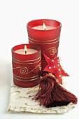Kerzen in roten Gläsern (Weihnachtsdeko)
