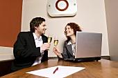 Paar trinkt Sekt im Büro